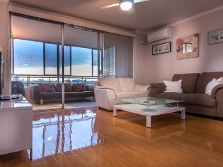 Spacious 3x1 with City Views + Balcony, sleeps 5., Perth