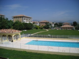 bright apartment in residence with swimmin-pool, Cannes
