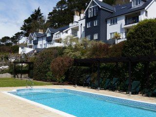 Stunning 3 bed Apt with Pool and just a 2 min walk to North Sands beach Salcombe
