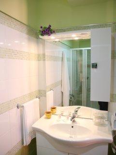bagno camera violetta