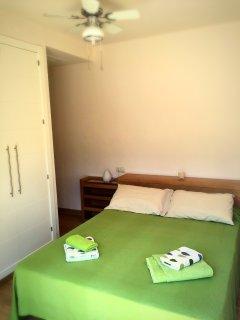 Dormitorio matrimonio. Armario empotrado y baño.