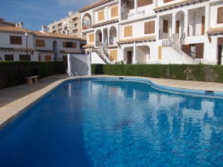 Cozy bungalow, 3 min walk from the beach. WIFI. AC, Torrevieja