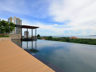 1 Bedroom Luxury Condo 300m To the Beach