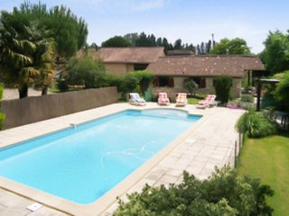 Spacious house with swimming pool, Savignac-de-Duras