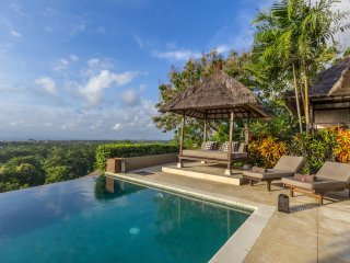 Bayu, luxury 4 Bedroom Villa, car + driver, magnificent ocean views, Uluwatu
