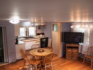 Quaint cottage,5 min walk to beach/pier. Sleeps 6 or rent w/ 7342093 to sleep 12