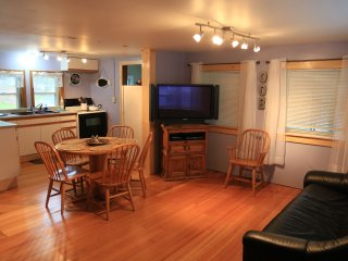 Great Location! 5 min Walk to Beach/Pier-Quaint Cottage Sleeps 6; 12 w/back unit