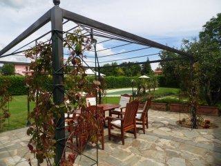 Lorenzo, private pool, short walk Barga,views WIFI