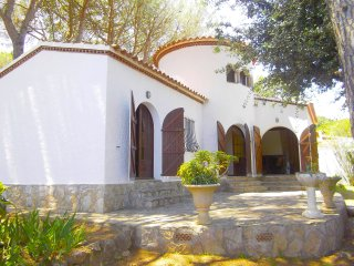 Agradable casa grande con jardin con arboles, para 6 personas con piscina com