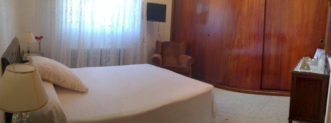 Habitación piso superior cama matrimonio, tv, con baño incluido