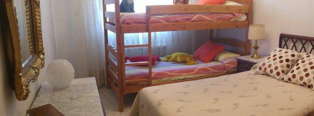 Habitación piso superior cama matrimonial y dos literas