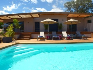 Lovely new modern villa with private pool heated near best beaches Santa Giulia!