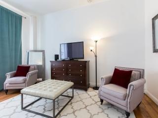 18 pies de techo muy alto .Curtains son muy largas! amueblado muy bonito apartamento de lujo .I.