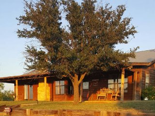 Bunkhouse, Family Friendly Ranch Cabin getaway on acreage