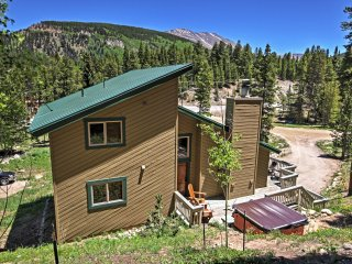 New Listing! Spacious & Inviting 5BR Blue River House w/Wifi, Gas Fireplace & Private Outdoor Hot Tub! Great Location - Just 3 Minutes to the Ski Resort!, Breckenridge