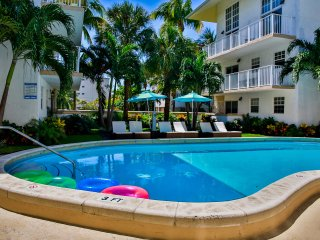 STEPS TO THE BEACH, 2BR+2BR APARTMENTS FOR 12 GUESTS, FREE PARKING, POOL