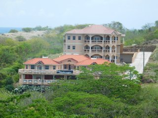 3 Bedroom apartment close to airport., St. George's