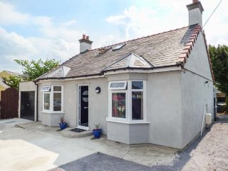 AWELFA, detached, woodburner, private patio and lawn, in Llanrug, Ref 922493