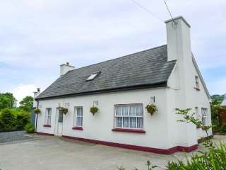 JULIE'S COTTAGE detached, WiFi, dog-friendly, good touring location in