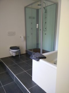 Chaque  chambre parentale a sa salle de bain privative + wc privatif ..