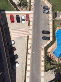 aparcamiento justo afuera del apartamento