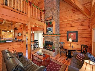 Classic 3 Bedroom Luxury Log Cabin with 3 baths, 3 Kings and Game Room, Gatlinburg