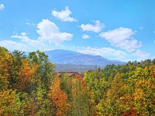 Breathtaking Views from atop Pinnacle Vista in this 3 BR Cabin w/Theater Room, Gatlinburg