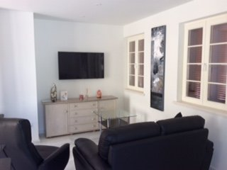 Lounge with flat screen TV and over 300 channels. Airconditioning unit.