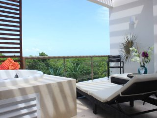 QH8 Gorgeous Penthouse with Golf Course View, and a Free Welcome Dinner Included, Akumal