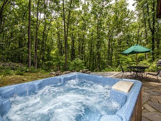 Mountain home in wooded setting with fire pit & convenient location!, McHenry