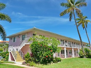 Relaxing condo w/ heated pool & short walk to beach & restaurants
