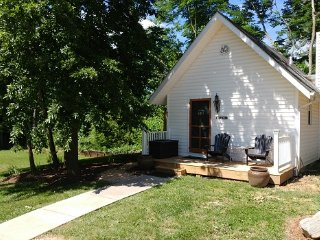 Hawksbill Historic Cottage-Luray VA-Sleeps 4-Private Hot Tub