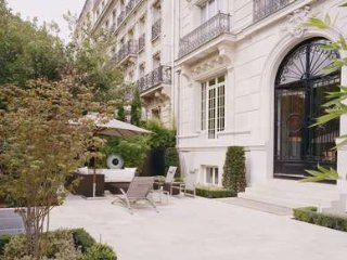 Supremely Chic 3 Bedroom Apartment Facing Eiffel Tower in Paris, Parijs