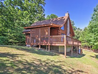 'Happy Ours' 2BR Sevierville Cabin w/Mtn Views!