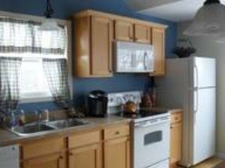 cocina completa con platos, cubiertos, cafetera, tostadora, etc.