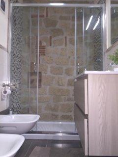 Bagno  Camera del Parco con doccia in tufo