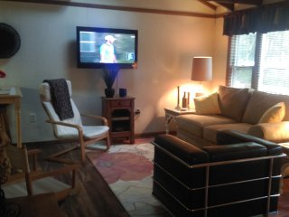 AFFORDABLE..NEW LISTING..COMFY PRIVATE GETAWAY, Pocono Lake