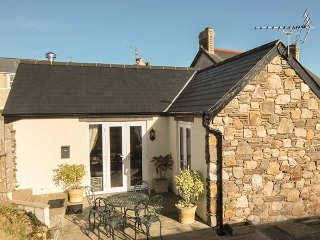 TY GRAIG, romantic retreat, fantastic walks and cycle routes, short walk to pub, Templeton, Ref 936676