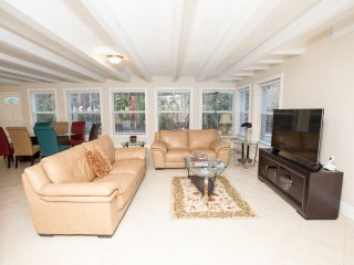 Tropical, Fun, Comfortable 4 Bedroom, 3 Bathroom with Heated Pool & Tiki Hut