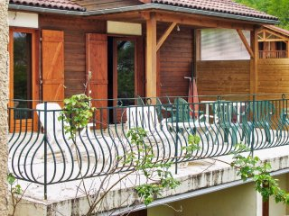 Comfortable chalet with swimming pool, Saintes