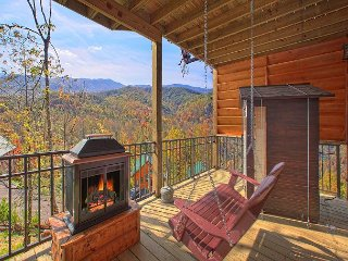 BRAND NEW 1 Bedroom Cabin Loaded with Amenities and Views, Gatlinburg