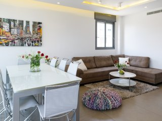 Best Location, Luxuous 3BR, 80m Beach, with Parking, Tel Aviv