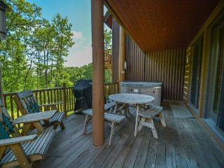 Astonishing 4 Bedroom Ski in/ Ski Out home with a bubbling outdoor hot tub!, McHenry