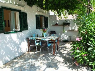 Charming cottage, 50 m from the beach, with garden, Bol