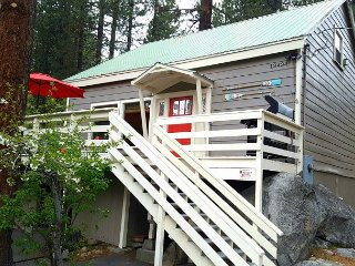 Cozy Donner Lake Home with Spa Close to Downtown Truckee 3bd/2ba