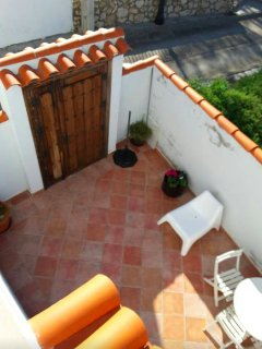 A la casa se accede por un pequeño patio de uso privado para los huespedes.