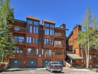 Handsome 1BR Breckenridge Condo w/Wifi, Mountain Views, Community Swimming Pool & Hot Tub - Minutes to Ski Resorts, Hiking & Much More!