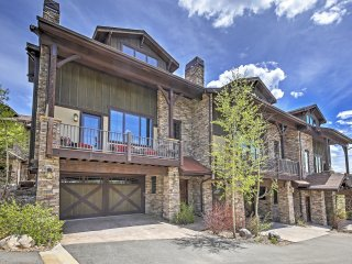 Enticing 4BR Fraser Townhouse w/Wifi, Private Deck & Serene Mountain Views