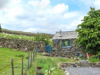 THE BOTHY, romantic cottage, ground floor, woodburner, WiFi, pet-friendly, enclosed garden, Broughton-in-Furness, Ref 923622
