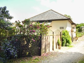 JACK'S NEST, all ground floor, enclosed garden, pet-friendly, South Molton, Ref